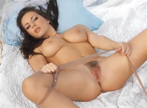 Pussy roze gespreide benen mooie tieten Bed gelegd uit komen doen Me Ass verspreiden
