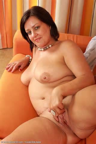 Haar witte Lingerie opstijgt en wringt op haar gezwollen schaamlippen