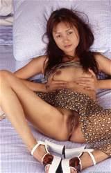 Donkere gevilde Aziatische Babe spreidt haar benen zodat haar roze Pussy