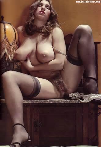 Wulpse Vintage naakt fantastische natuurlijke tieten harige Pussy
