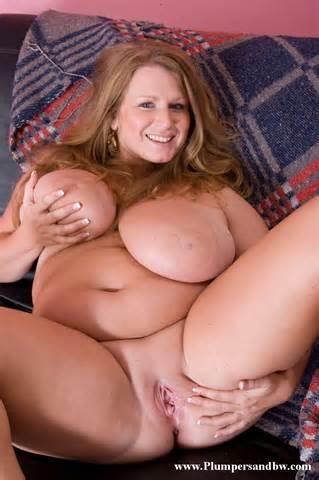 Breasted mollige Sweetie krijgt naakt en bloot haar haarloze vet Pussy