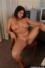 Grote Titty mollig Brunette met bijgesneden kut krijgt naakt en spreidt haar