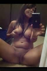 Mollige Brunette met mooie natuurlijke Boobs Selfie HotMirrorPics Com