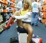 Porno foto's van vrouw haar mooi kutje knippert terwijl het winkelen voor laarzen