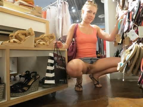 Kut foto van vriendin knippert In het publiek kledingwinkel openbaar